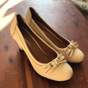 C. Label cream round toe bow heels